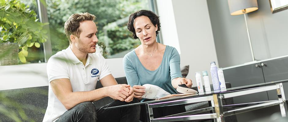 Boots HomeCare sykepleier på hjemmebesøk hos kunde for å gi råd og veiledning om stomiutstyr